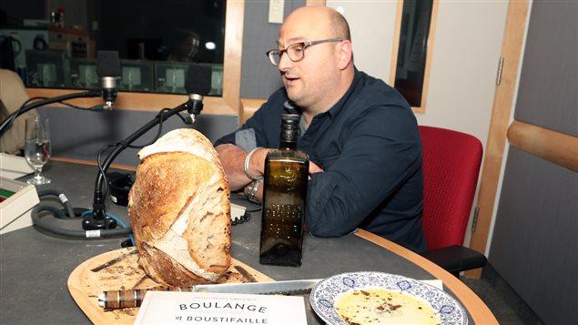 Albert Elbilia est venu en studio avec une miche de pain qu'il a lui-même cuisinée, pour déguster avec un peu d'huile d'olive