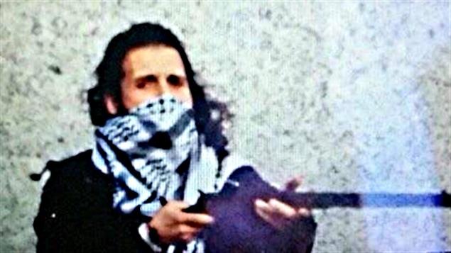 En fin d'après-midi jeudi, un compte Twitter associé au groupe État islamique a publié cette photo de Michael Zehaf-Bibeau, armé et portant un foulard blanc et noir au visage.