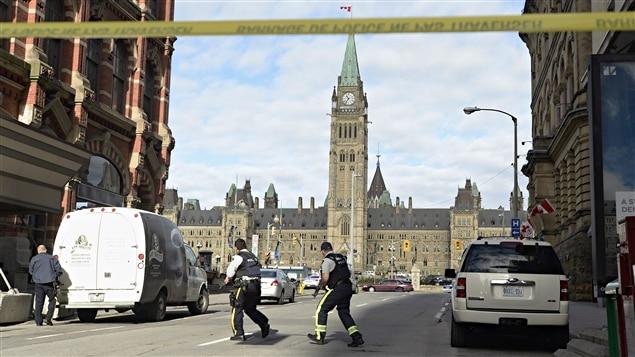 Les policiers ont établi un important périmètre de sécurité autour de la colline du Parlement et du centre-ville d'Ottawa.