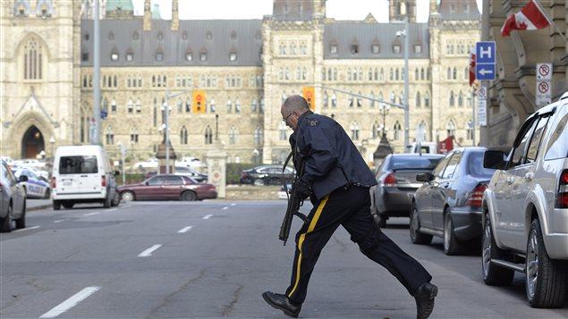 Un homme armé a attaqué le parlement à Ottawa ce matin, faisant au moins un mort et deux blessés à l'intérieur de l'édifice, dont un des tireurs. Plus tôt, un soldat a été atteint de coups de feu alors qu'il montait la garde au monument commémoratif de guerre, au centre-ville d'Ottawa.