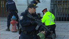 Un passant a été arrêté pour s'être trop approché du Monument commémoratif de guerre où le premier ministre Stephen Harper déposait une gerbe de fleurs.