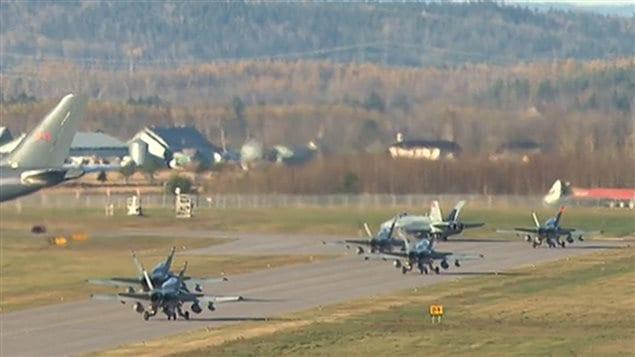 Des CF-18 s'apprêtent à décoller de la base militaire de Bagotville.