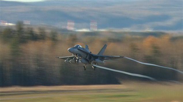 Un CF-18 décolle de la base de Bagotville en direction du Koweït.