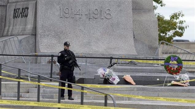 Le 23 octobre 2014, un policier surveille le Monument commémoratif de guerre du Canada où a été tué Nathan Cirillo.