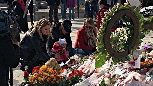 Des résidents d'Ottawa ont porter des fleurs au Monument commémoratif de guerre, à la mémoire du caporal Nathan Cirillo. (24-10-14)
