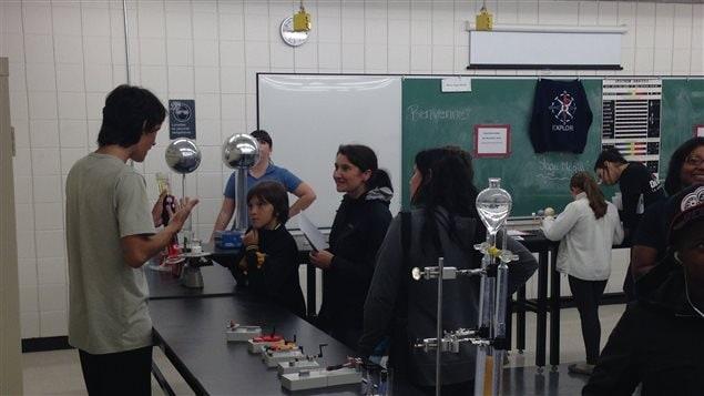 Visite des classes de laboratoire à l'École secondaire Pierre-Marquette lors des portes ouvertes.