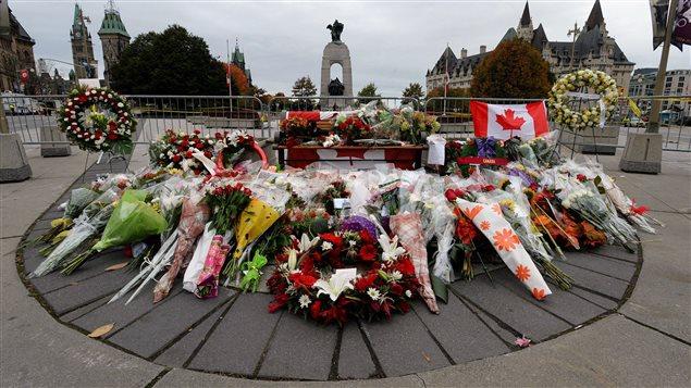 Des fleurs déposées au Monument commémoratif de guerre à la mémoire du caporal Cirillo.