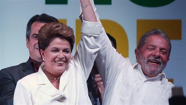 Dilma Rousseff celebrando su reelección con el ex presidente Luiz Inacio Lula da Silva. Ambos están en el ojo del huracán por loos escándalos de corrupción que involucran su partido político.