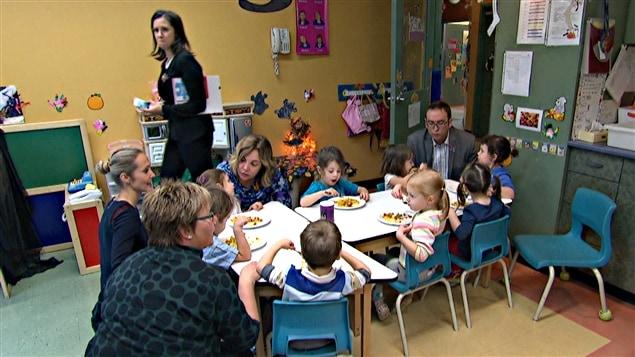 Des enfants prennent un repas dans une garderie.