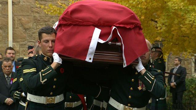 Le cercueil du caporal Nathan Cirillo est portée par ses collègues.