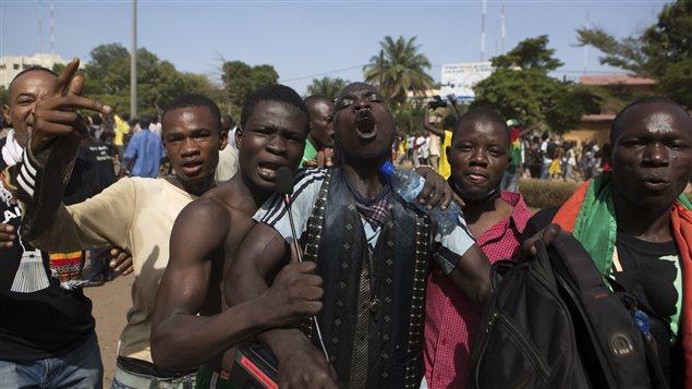 Des manifestants de l'opposition dans les rues de Ouagadougou.