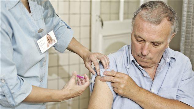 Une infirmière injecte un vaccin à un patient