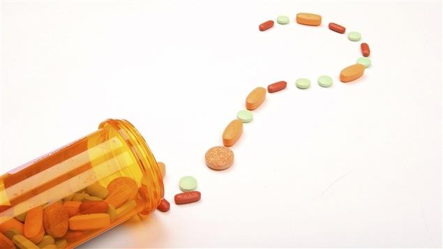 Des pilules forment un point d'interrogation.