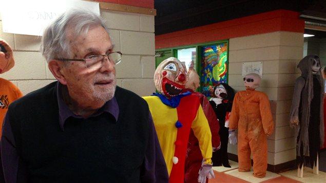 Guy Allard, 85 ans, commissaire scolaire sortant de Dollard-des-Ormeaux, rencontré à l'école secondaire des Sources, décorée pour l'Halloween.