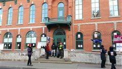 Des cols blancs sont en grève devant l'hôtel de ville de Lévis.