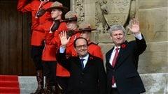 MM. Hollande et Harper à l'entrée du parlement à Ottawa
