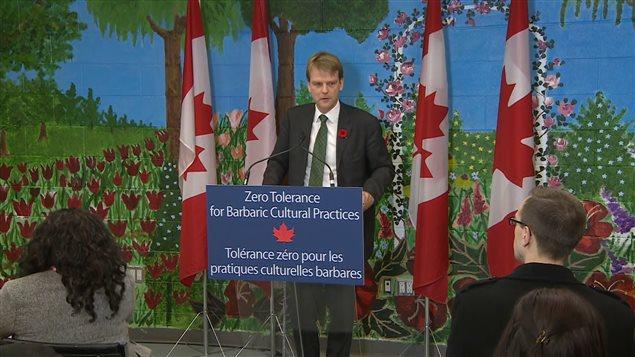 Le ministre Chris Alexander, à l'annonce du projet de loi