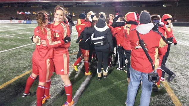 Les filles du rouge et or célèbrent leur victoire en demie-finale