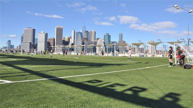 Un terrain de soccer a été aménagé sous le Brooklyn Bridge Park à New York