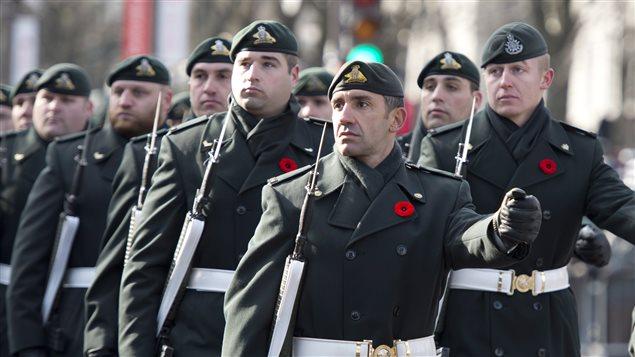 Des militaires défilent à Ottawa lors de la cérémonie commémorative du jour du Souvenir