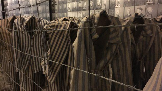 Des vêtements de prisonniers exposés au camp de concentration d'Auschwitz