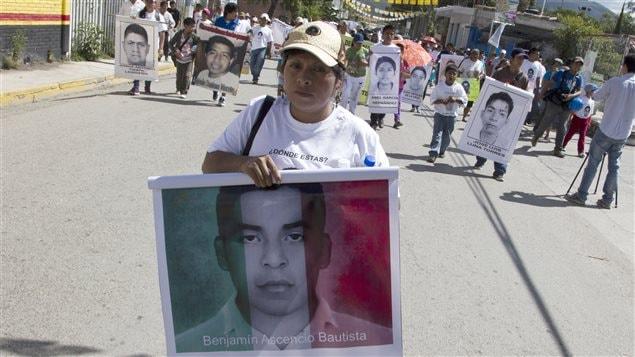 Christina Bautista, la mère d'un des 43 étudiants disparus, lors d'une manifestation à Tixtla dans l'état de Guerrero au Mexique.