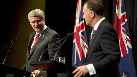 Le premier ministre du Canada, Stephen Harper, en compagnie de son homologue néo-zélandais, John Key.