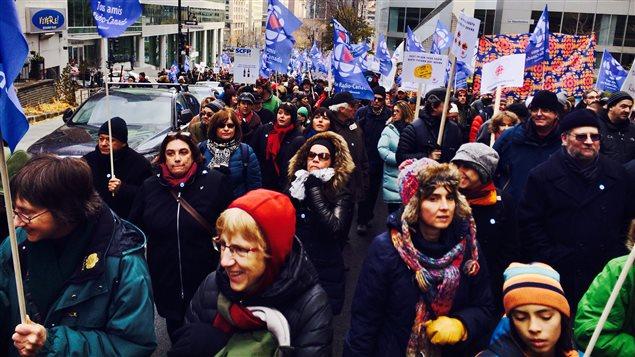 Des milliers de personnes ont manifesté dimanche midi en soutien à Radio-Canada.