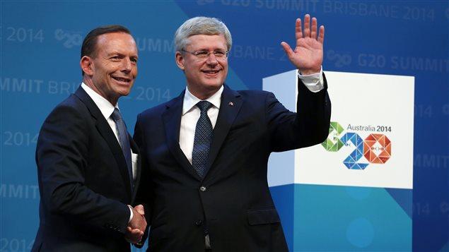 Le Premier ministre de l'Autralie, Tony Abbott, serre la main de Stephen Harper lors du Sommet du G20, qui s'est déroulé samedi et dimanche à Brisbane.