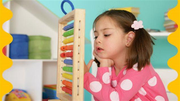 Une petite fille participante à un programme de la philosophie Montessori