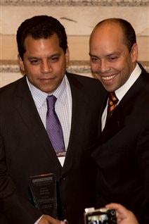 Martin Movilla-Durango en compagnie du consul de Colombie à Vancouver, Andres Paredes