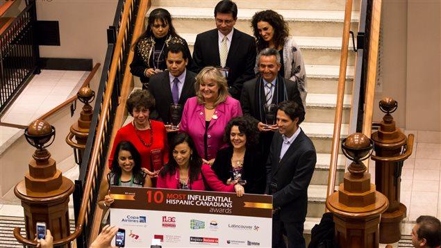 Les lauréats des « 10 Most Influencial Hispanic Canadians Award », remis la semaine dernière à Vancouver. Martin Movilla est le premier à gauche de l'avant-dernière rangée
