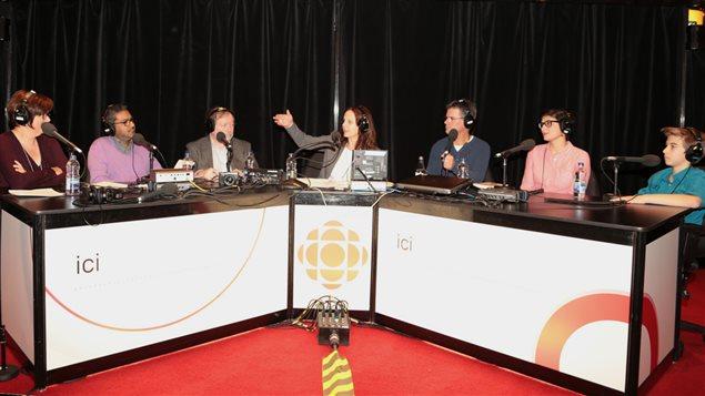Sophie-Andrée Blondin entourée de ses invitée et des journalistes de l'émission