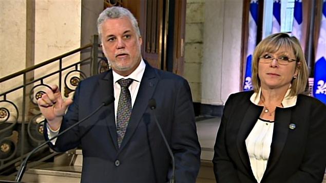 Le premier ministre Philippe Couillard et Francine Charbonneau, ministre de la Famille