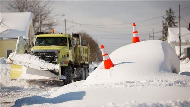 Une voiture abandonnée est enterrée sous la neige, à Buffalo.
