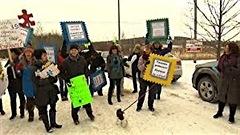 Des membres du Regroupement des CPE de l'Estrie ont bravé le froid pour faire entendre leur désapprobation et leur déception