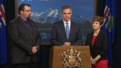 Le premier ministre Jim Prentice, entouré de Ian Donovan (gauche) et de Kerry Towle (droite)