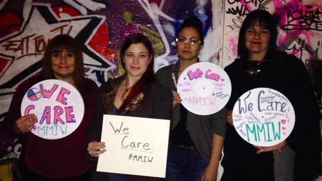 Des femmes tiennent des affiches sur lesquelles on peut lire «We Care» en anglais, soit «Nous nous en soucions» en français, en référence aux femmes autochtones disparues ou assassinées (MMIW), le 23 novembre 2014.