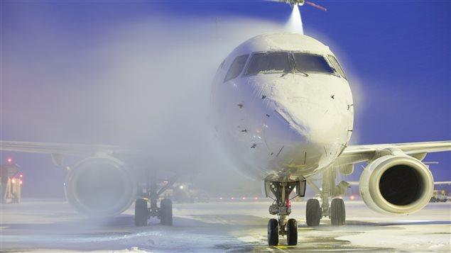 Un avion est stationné sur le tarmac dans un aéroport