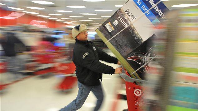 Un consommateur dans un magasin à Plainville au Massachusetts