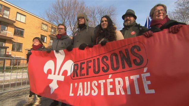 Les manifestants dénoncent les compressions du gouvernement Couillard.