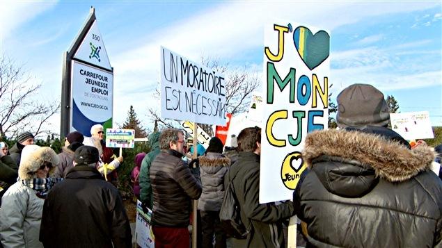 Des citoyens manifestent à Gatineau en appui aux carrefours jeunesse-emploi de l'Outaouais. (02-12-14)