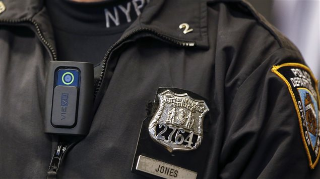 Un policier de New York équipé d'une mini-caméra