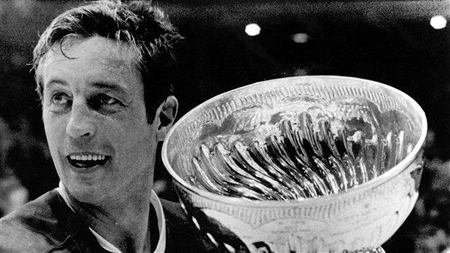 Le capitaine des Canadiens, Jean Béliveau, tient la coupe Stanley après avoir battu les Blackhawks de Chicago, le 19 mai 1971.