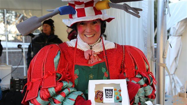 La météorologue Ève Christian au kiosque de petits gâteaux à vendre, lors de La grande guignolée des médias 2014