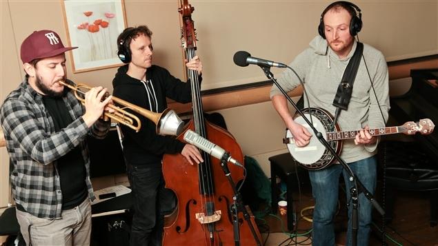 Le trio Jazz Street Boyz : Jérôme Dupuis-Cloutier à la trompette, Dominic Desjardins au banjo et Sylvain Delisle à la contrebasse.