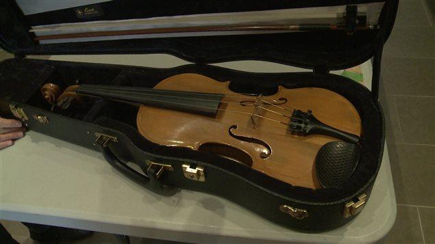 Lionel Lemieux, de Cap-Chat, a confectionné ce violon à 74 ans, le premier de 77 violons.