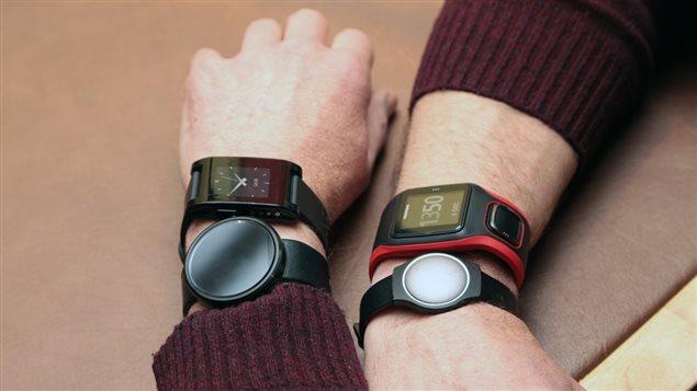 � gauche : la montre Pebble et la montre Android Wear Moto 360, � droite : la montre Tomtom Runner Cardio et la montre Misfit Shine