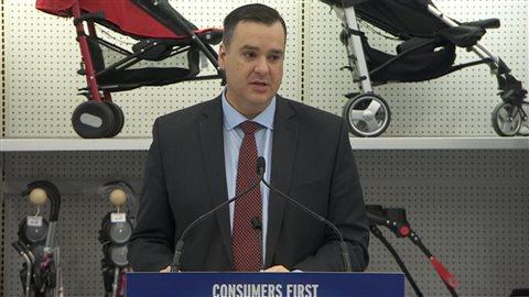 Le ministre Moore explique qu'il y a une différence de prix, « nous le savons tous, mais personne ne sait pourquoi. Il a fait référence dans son annonce hier au rapport 2013 préparé par le comité sénatorial des finances nationales qui a examiné l'écart de prix entre le Canada et des États-Unis.