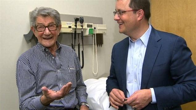 Victor Bohonos, à gauche et le docteur Derek Exner de l'hôpital oothills de Calgary.